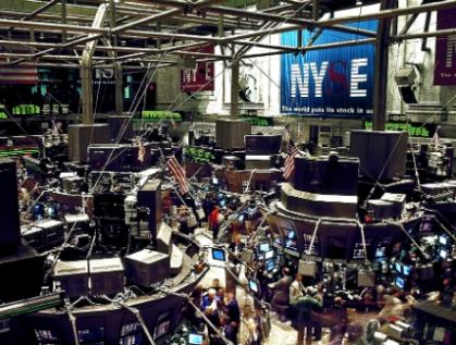 Alza en tasas y restricción en inversiones, probables efectos de caída de la bolsa