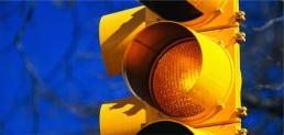 Crea semáforo que auto dirige el tráfico